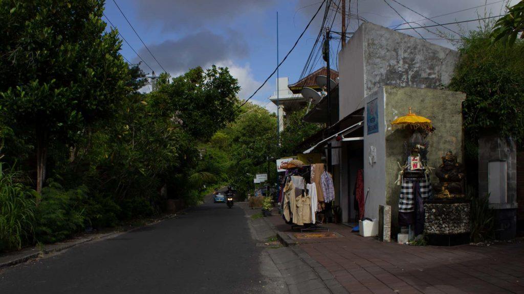 Vista di una classica via di Bali