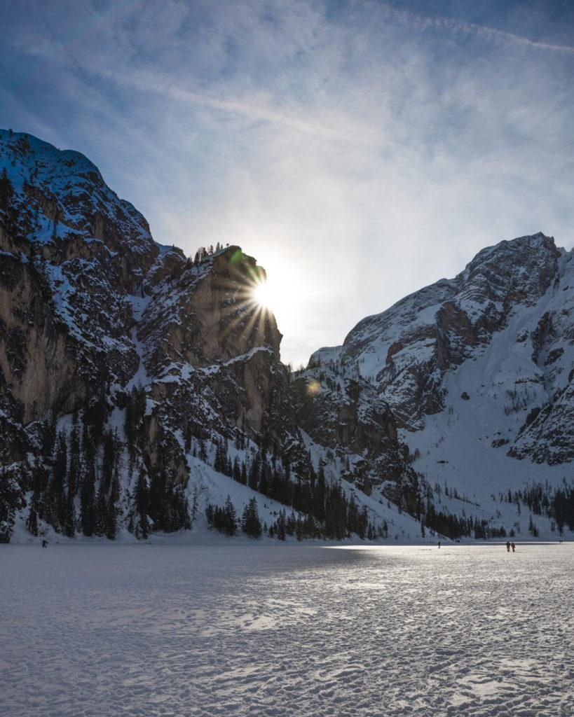 Lago di Braies ghiacciato in inverno