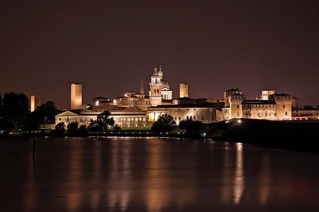 Vista notturna di Mantova